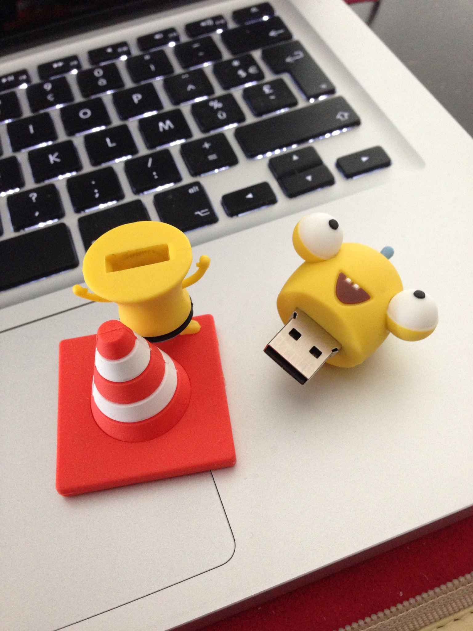 3D_mascotte_laten_maken_AYA_USB_Stick_Open
